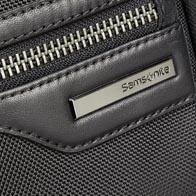 Struttura in nylon balistico con dettagli in pelle di vacchetta morbida ed elementi metallici canna di fucile di prima qualità.